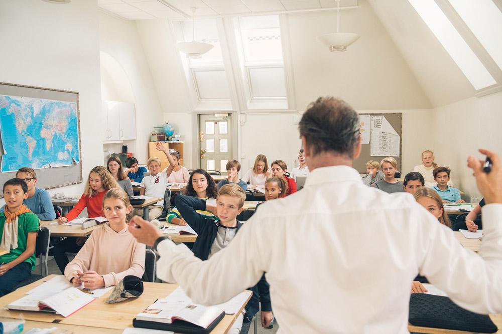"""Perspektiv på lärarledd digital distansundervisning: Försteläraren Juhani """"byggde flygplanet efter take off"""""""
