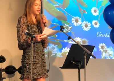 Elevrådets vice ordförande Clara Taube håller tal