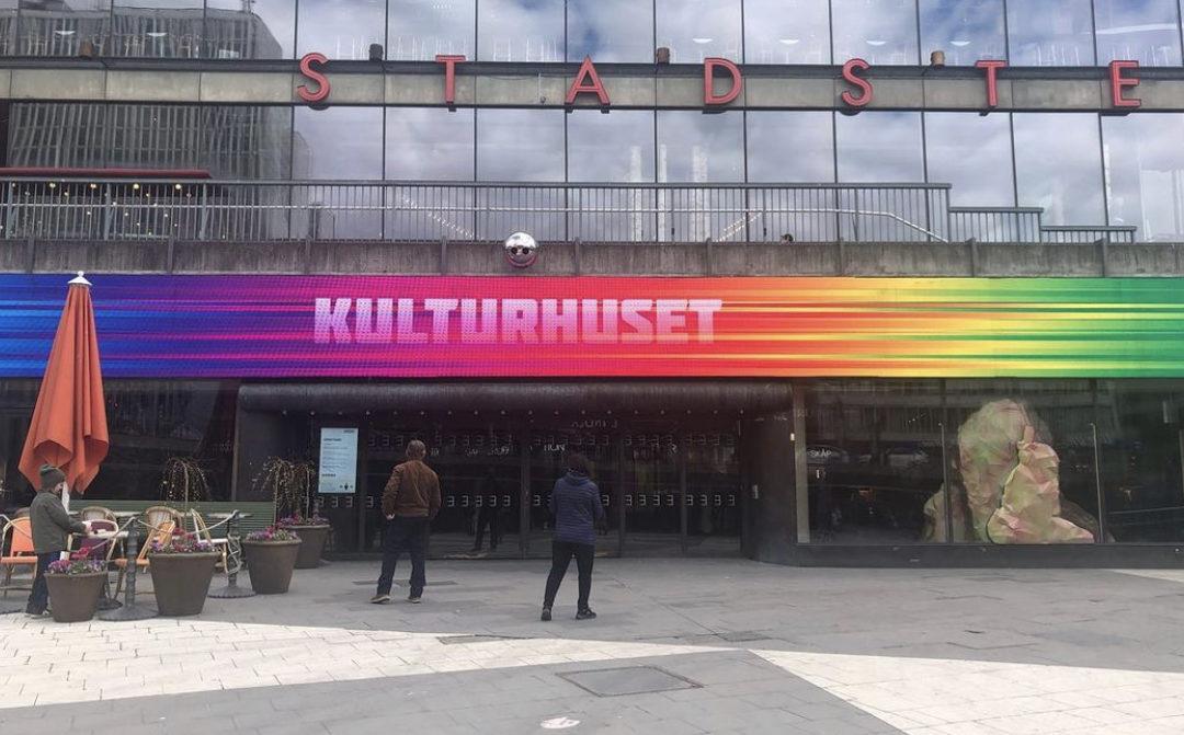 Bildelever på VRS Vasastan skyltar om Kulturhuset